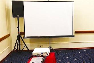 Аренда проектора и экрана для мини-конференции